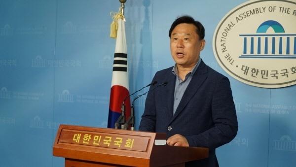 """김종훈 의원이 7월 5일 오전 11시40분 국회 정론관에서 기자회견을 갖고 """"경제보복 중단 촉구 국회 결의안""""을 채택할 것을 정당과 의원들에게 촉구하고 있다.김 의원은 9일 일본에서 빌린돈 유출에 대비하자고 촉구했다."""