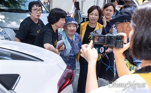 위안부 피해자 기림의 날인 14일 오전 서울 종로구 옛 일본대사관 앞에서 열린 제 1400차 일본군성노예제 문재해결을 위한 정기 수요시위에서 폭염주의보로 인해 길원옥 할머니가 인사를 마치고 자리를 떠나고 있다.