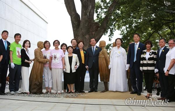 일본군 '위안부' 피해자 기림의 날인 14일 오후 서울 남산 서울시교육청 교육연구정보원(옛 조선신궁터앞)에서 기림비 제막식이 열린 가운데, 이용수 할머니와 참가자들이 기념촬영을 하고 있다.