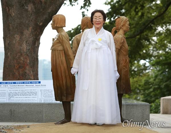 기림비 빈자리 채운 이용수 할머니 일본군 '위안부' 피해자 기림의 날인 14일 오후 서울 남산 서울시교육청 교육연구정보원(옛 조선신궁터앞)에서 기림비 제막식이 열린 가운데, 이용수 할머니가 기림비의 빈자리를 채우고 있다. 일본군 '위안부' 피해 사실을 전 세계에 처음 증언한 고 김학순 할머니(1924~1997)가 지켜보는 가운데, 서로 손을 잡고 있는 한국, 중국, 필리핀 세 나라 소녀들 사이에 빈자리가 하나 있다. 기림비를 만든 조각가 스티븐 와이트는 전 세계인들이 남은 자리를 채워 기림비를 완성해달라는 의미를 담았다고 밝혔다.