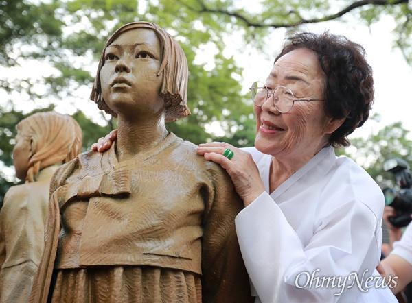 기림비와 이용수 할머니 일본군 '위안부' 피해자 기림의 날인 14일 오후 서울 남산 서울시교육청 교육연구정보원(옛 조선신궁터앞)에서 기림비 제막식이 열린 가운데, 이용수 할머니가 한국 소녀의 모습을 한 기림비를 어루만지고 있다.
