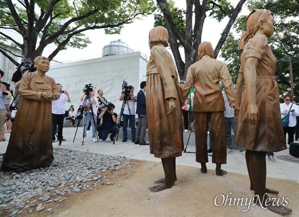 기림비 빈자리 일본군 '위안부' 피해자 기림의 날인 14일 오후 서울 남산 서울시교육청 교육연구정보원(옛 조선신궁터앞)에서 기림비 제막식이 열렸다. 일본군 '위안부' 피해 사실을 전 세계에 처음 증언한 고 김학순 할머니(1924~1997)가 지켜보는 가운데, 서로 손을 잡고 있는 한국, 중국, 필리핀 세 나라 소녀들 사이에 빈자리가 하나 있다. 기림비를 만든 조각가 스티븐 와이트는 전 세계인들이 남은 자리를 채워 기림비를 완성해달라는 의미를 담았다고 밝혔다.