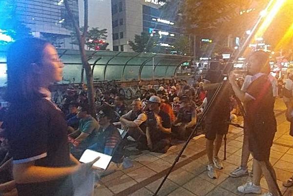 대전시청자미디어센터 소속 청소년들이 촛불 문화재를 취재하고 있다.