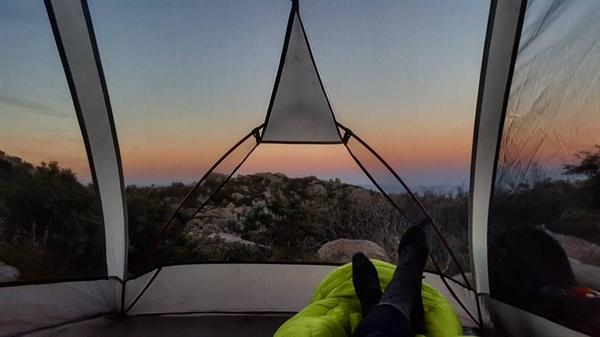 뜨거운 사막에서의 낭만 반복되는 텐트에서의 생활은 고됬지만 황혼의 석양, 새벽녘 밤하늘에 모래를 뿌려 놓은 듯 많은 별을 이불 삼아 잠을 청할 때면 오성급 호텔이 부럽지 않았다.