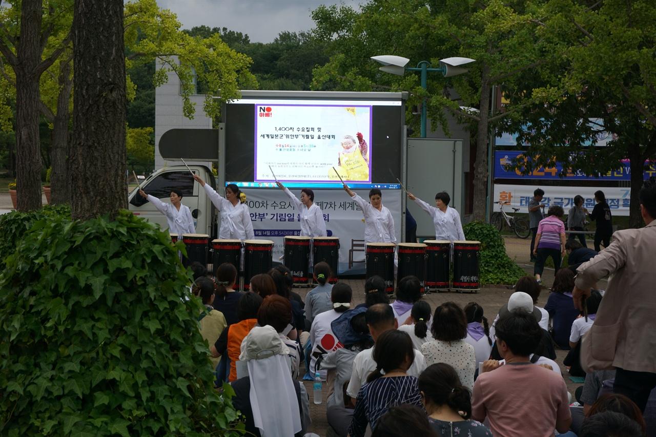 일본군 위안부 피해자 기림일 집회 난다공연극 현장 2019년 8월 14일 오후 5시 반에 개최된 시민집회에서 예술공연단이 나와서 난다공연극을 하였다.