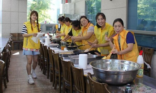 진해남중학교 '샤프론 봉사단'이 진해장애인복지관에서 봉사활동을 벌였다.