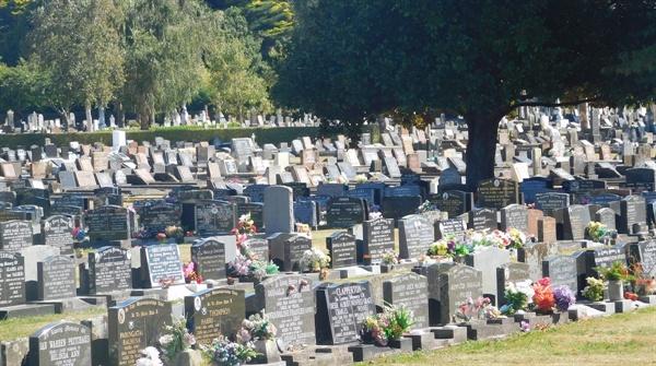 뉴질랜드와 호주의 공동묘지는 동네와 가까운 곳에 있다.