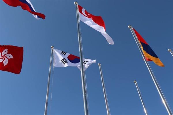 싱가포르와 한국 국기, 그 외 다양한 나라의 국기들. 올림픽이 열리던 평창의 어떤 곳에서 촬영한 사진이다.