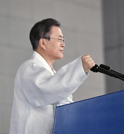 문재인 대통령이 15일 오전 천안 독립기념관 겨레의 집에서 열린 제74주년 광복절 경축식에서 경축사를 하고 있다.