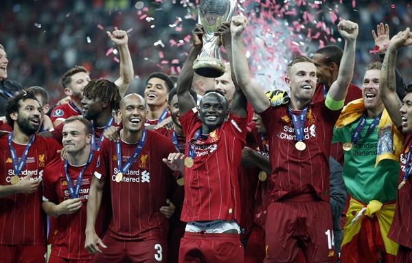 리버풀의 사디오 마네가 8월 14일 수요일 이스탄불 베식타스 파크에서 열린 리버풀과 첼시의 UEFA 슈퍼컵 축구 경기에서 우승한 후 동료들과 함께 트로피를 들어올려 축하하고 있다.