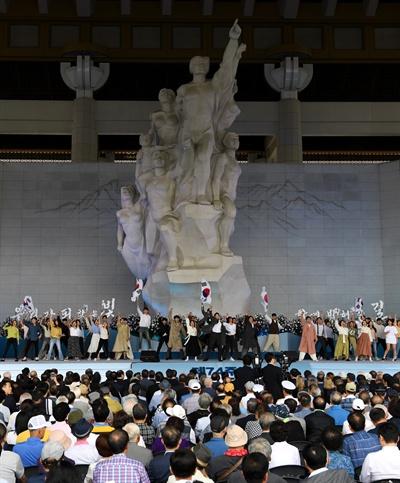 15일 오전 천안 독립기념관 겨레의 집에서 열린 제74주년 광복절 경축식에서 21세기 청년독립단 및 뮤지컬 배우들이 오프닝 공연 '나의 독립을 선포하라'를 공연하고 있다.