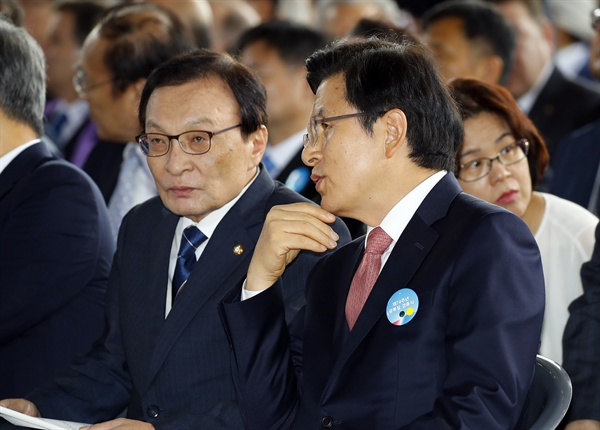 더불어민주당 이해찬 대표(왼쪽)와 자유한국당 황교안 대표가 15일 오전 천안 독립기념관 겨레의 집에서 열린 제74주년 광복절 경축식에서 얘기를 나누고 있다.