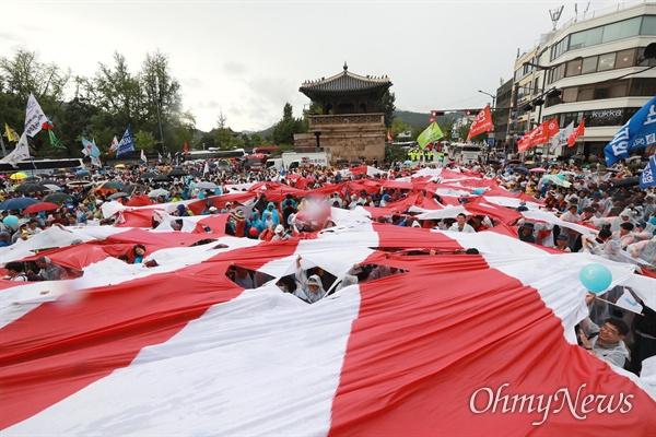 일본대사관앞에서 찢겨지는 대형 전범기 제74주년 광복절을 맞이한 15일 오후 서울 광화문광장에서 국내 700여 시민단체 회원 및 일본 평화단체와 재일동포 50여명이 참석한 가운데 '8.15민족통일대회'가 열렸다. 일본대사관앞까지 행진한 참가자들이 대형 전범기를 찢고 있다.