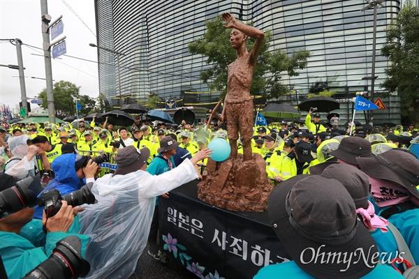강제징용 노동자상 앞세우고 일본대사관 행진 제74주년 광복절을 맞이한 15일 오후 서울 광화문광장에서 국내 700여 시민단체 회원 및 일본 평화단체와 재일동포 50여명이 참석한 가운데 '8.15민족통일대회'가 열렸다. 일제 강제징용 노동자상을 앞세워 일본대사관앞까지 행진을 한 노동자들이 일본대사관앞 진출을 시도하고 있다.