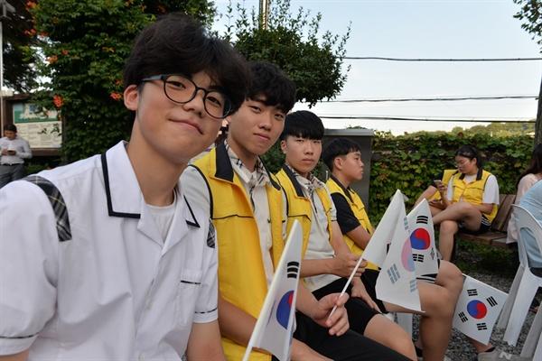 """군산동고 학생들 행사에 참석한 군산동고등학교 1학년 고영서 학생 등은 """"이 시대에서 모든 것을 풀고 미래로 나아가는 것이 대한민국과 일본의 앞날을 위해서 바람직하다""""며 """"일본은 지난 과오를 참회하고 꼭 진정어린 사과하기를 바란다""""고 말했다."""
