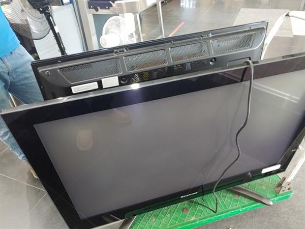 대형 TV뒷면을 살펴보니 부패방지국 부위원장실에서 사용하던 스탠드형 107cm TV입니다.