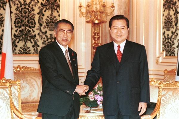 한일 정상회담 1998년 10월 8일, 국빈 방일 2일째를 맞은 김대중 대통령은 8일 숙소인 영빈관에서 오부치 게이조(小淵惠三) 일본총리와 정상회담을 갖기에 앞서 악수를 하고 있다.