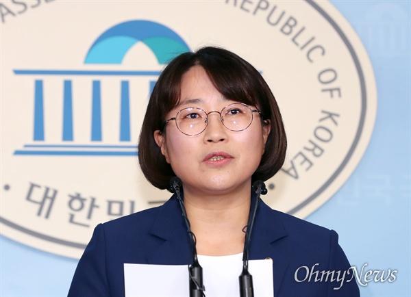 정의당 추혜선 의원이 16일 오전 국회 정론관에서 '반일 종족주의' 망언 심재철, 정종섭 의원 관련 입장 발표 기자회견을 하고 있다.