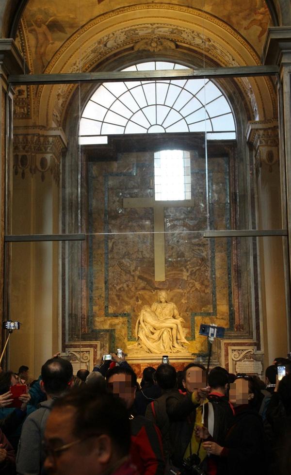 방탄 유리막 안에 보관되어 있는 미켈란젤로의 조각 작품 '피에타' 모습