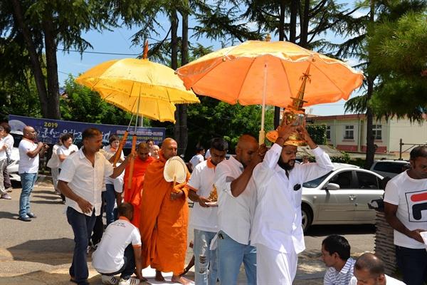 스리랑카 이주노동자들의 진신사리 이운법회 8월11일 군산 흥천사 반야회관 2층 법당에서 열린 이운법회에서 스리랑카 이주 노동자들은 도로위에 흰 천을 깔고 스리랑카에서 모셔온 진신사리, 부처님, 불경을 스님과 함께 법당으로 모셨다.