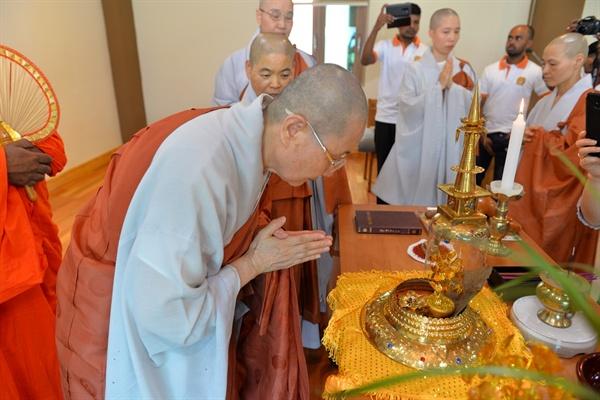 부처님 진신사리 친견법회 군산 흥천사 주지 법희 스님을 비롯한 흥천사 신도들이 스리랑카에서 모셔온 사리를 친견하고 있다.