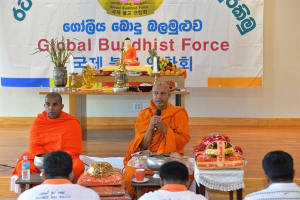 스리랑카 전통 승보공양 이날 법회에는 스리랑카 스님들에 대한 스리랑카 전통 승보공양도 진행됐다. 지극한 정성으로 마련한 공양물을 스리랑카 전통방식에 의해 먼저 부처님이 계신 불단에 올렸고 이어 스님들께 올렸다.