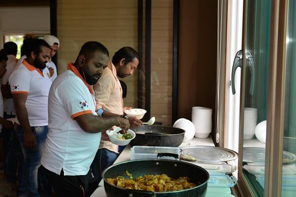 스리랑카 전통음식 스리랑카 이주노동자들이 직접 만든 스리랑카 전통음식인 '바팔람' '가낄것' '몬찌' '바릿부' 등을 이주노동자들도 함께 나누어 먹었다.