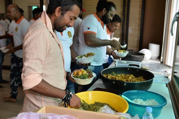스리랑카 전통음식 나눔 오랫만에 먹는 스리랑카 전통음식에 이주 노동자들의 얼굴 표정에는 미소가 절로 나온다. 삼삼오오 모여 음식을 나누며 고국의 상황과 한국생활에 대해 이야기 꽃을 피웠다.