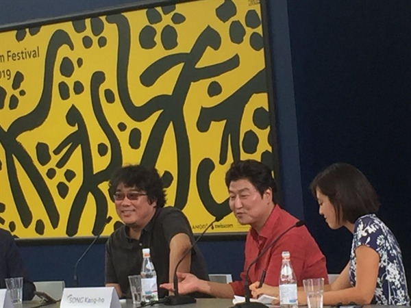로카르노영화제에서 진행된 송강호-봉준호와 함께한 토론회.