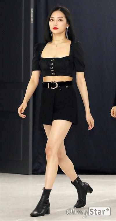 '케이월드 페스타' CLC 장예은, 내가 좀 이뻐! CLC의 장예은이 16일 오후 서울 방이동 올림픽공원 체조경기장에서 열린 <2019 케이월드 페스타> 개막공연 2일차 포토월에서 포즈를 취하고 있다.