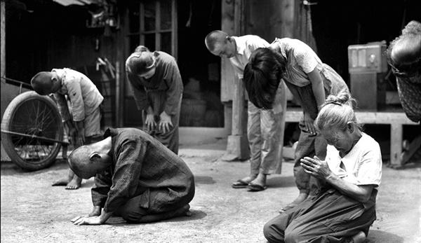 """""""1945년 8월 15일 정오. 쇼와 덴노의 항복 선언을 들은 후 어느 일본인 가정이 통곡하며 덴노와 일본을 위해 기도하는 장면이다. 덴노의 항복 선언을 듣고 통곡하는 일본인들, 그들의 전쟁은 끝났을까? 그렇지 않았다."""""""