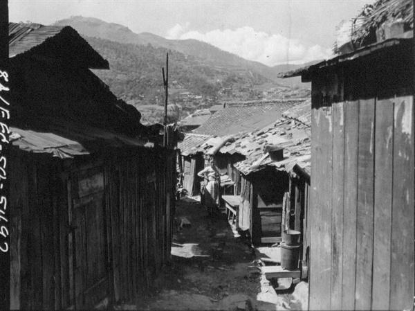 1. 전쟁으로 우후죽순처럼 생겨난 판자촌 마을(1950. 8. 4.).