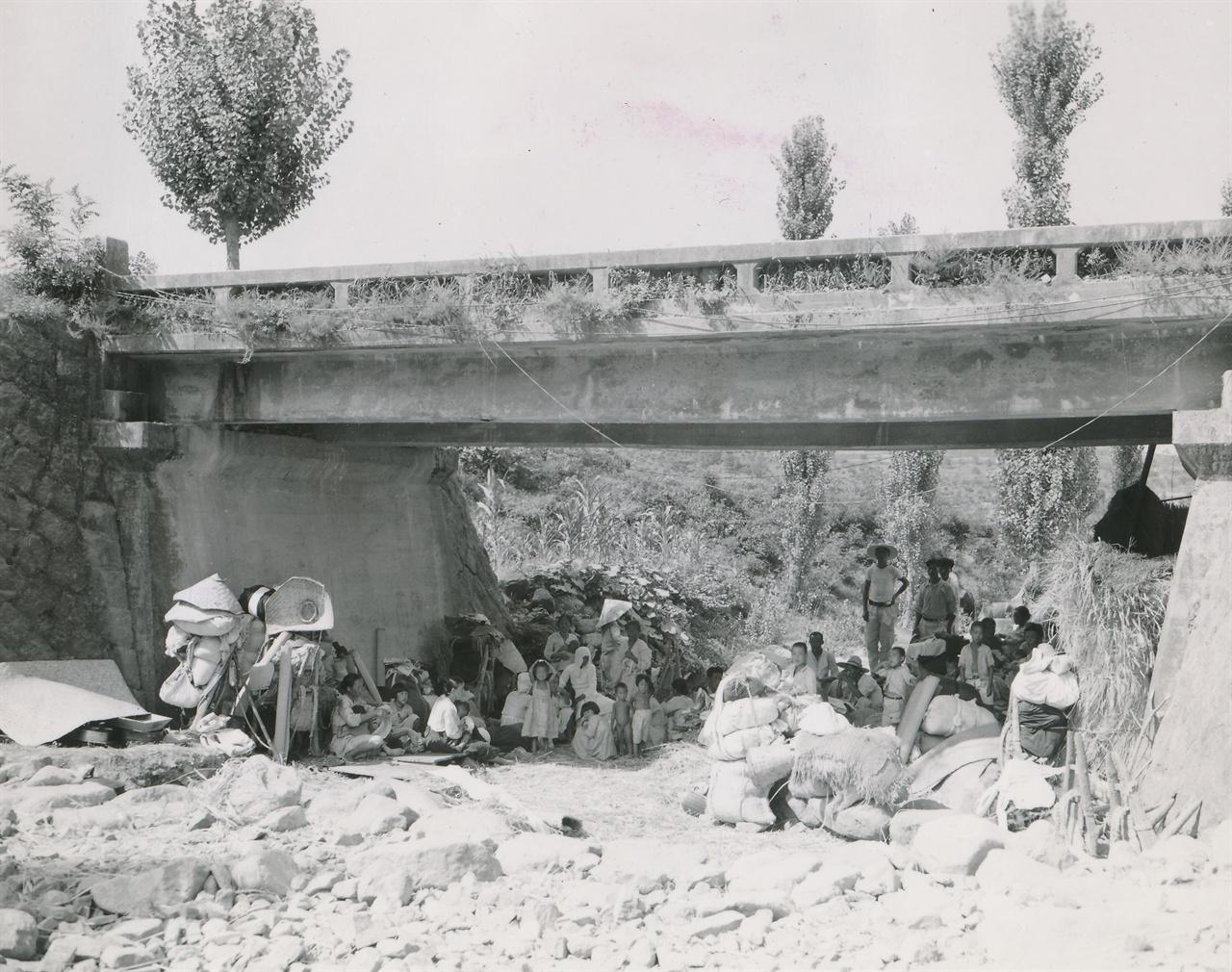 2. 전란 중 피란민들의 보금자리, 다리 아래 움집(1950. 8. 8.).
