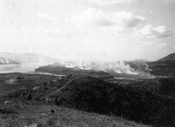 3. 폭격으로 불타는 낙동강 어느 강변마을(1950. 8. 10.).