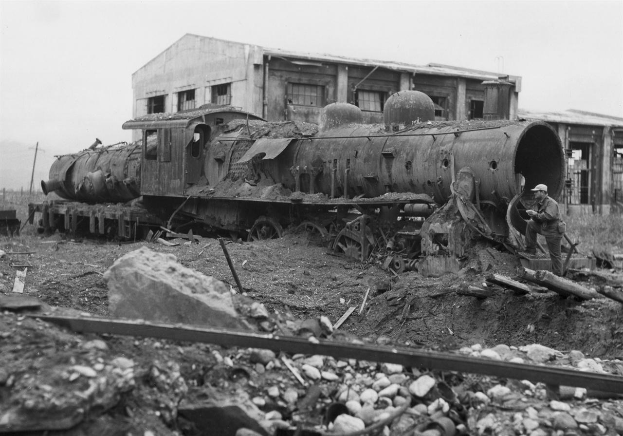 4. 원산, 열차 정비공장이 미군 폭격으로 폐허가 되었다(1950. 8. 10.).