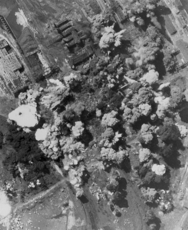 8. 미 B29 전투기가 청진의 공장지대를 융단폭격하고 있다(1950. 8. 19.).
