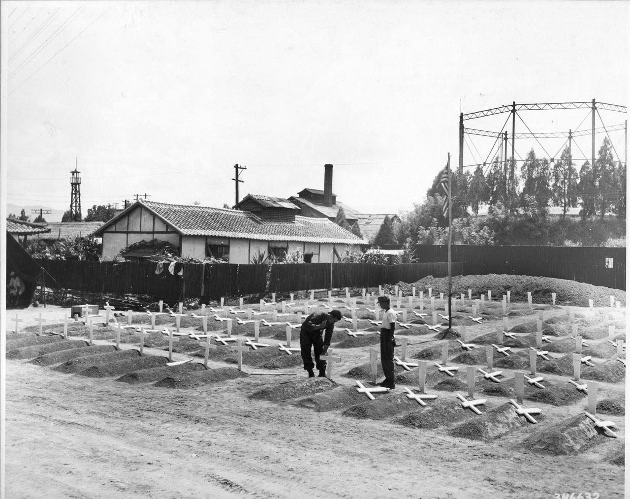 10. 대구, 임시로 유엔군 묘지를 마련하여 십자가를 세우고 있다(1950. 8. 25.).