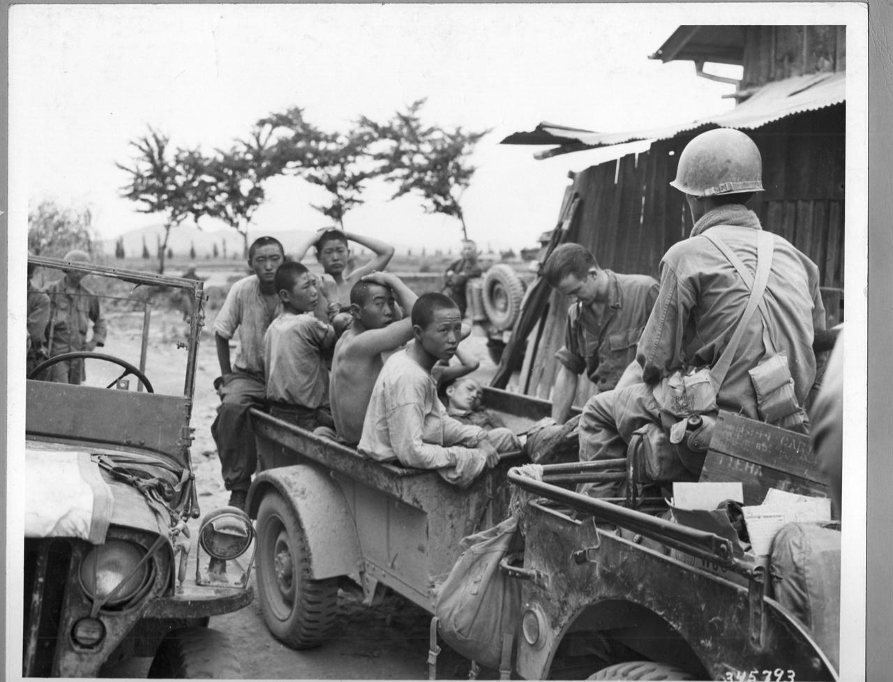 11. 인민군 포로들이 붙잡혀 임시포로수집소에 수용되고 있다(1950. 8.).