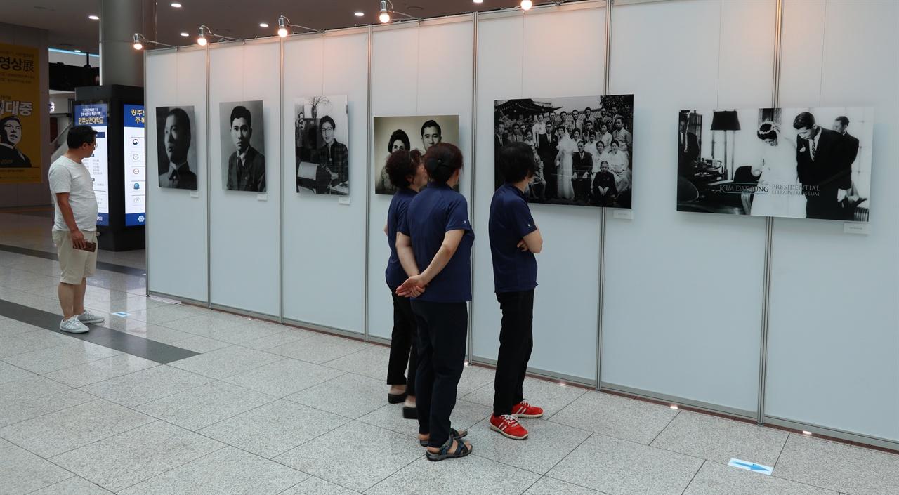 '아! 김대중, 사진·영상전'이 열리고 있는 광주 김대중컨밴션센터 로비