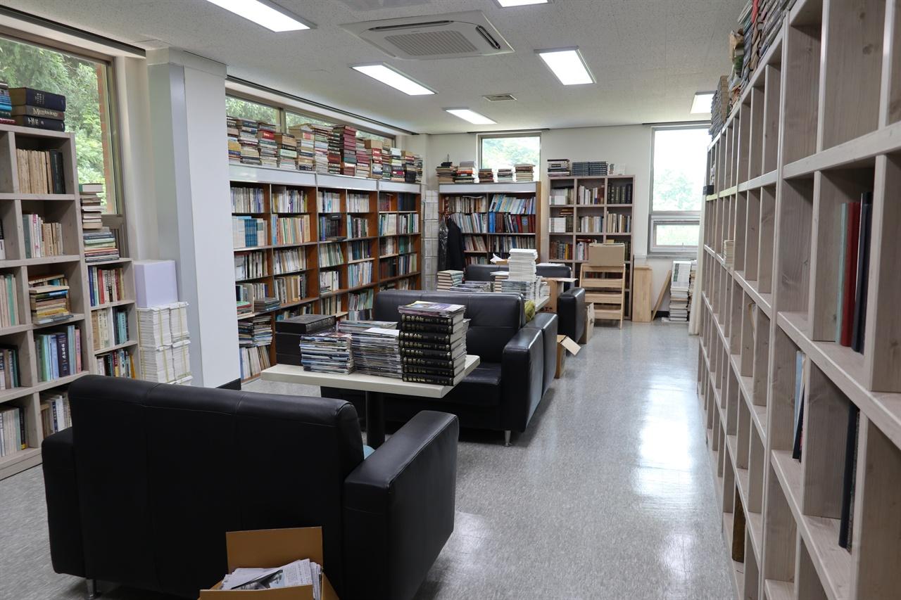 인문 사회과학 및 교양 도서가 가득한 열린도서관