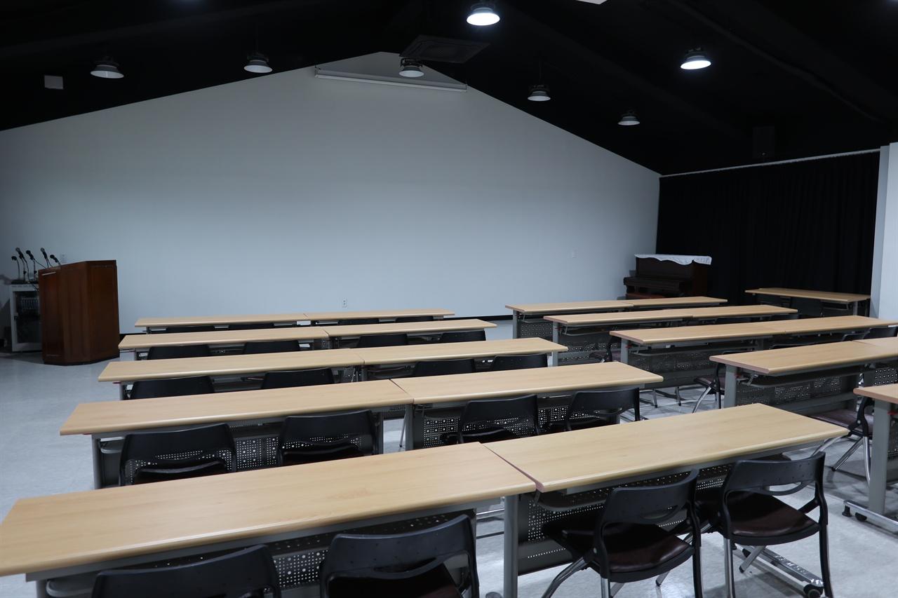 다양한 영상 상영과 학술회의를 개최할 수 있는 다목적 회의실