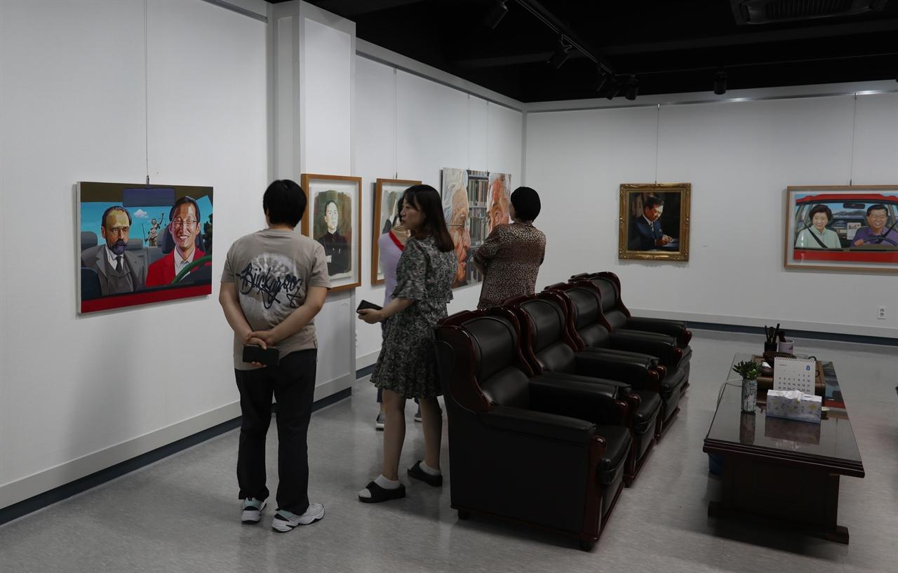 관람객들이 평화갤러리 전시회를 돌아보고 있다