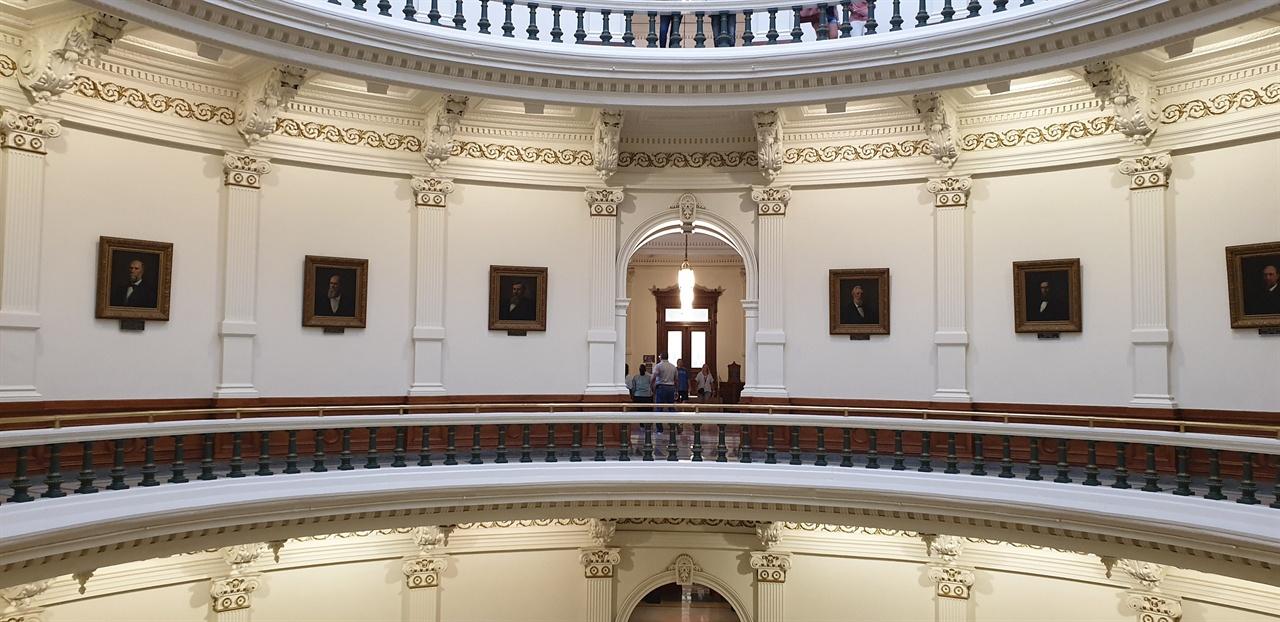 원형 복도 텍사스 공화국 대통령의 초상화와 주지사들의 초상화가 전시되어 있다.