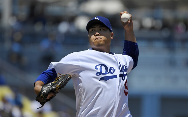 Ryu Hyun-jin (Los Angeles Dodgers) are backing up for the 2019 Major League (MLB) match against the Arizona Diamondbacks at the Dodgers Stadium in Los Angeles on November 11 (local time).