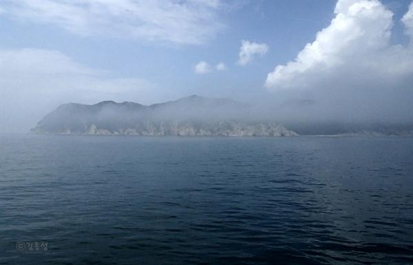 두무진에서 지척인 북한 황해남도 장산곶.
