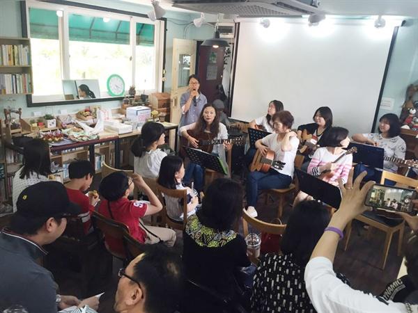 개소식을 찾아 준 주민들과 축하공연을 해준 기타동아리와 우쿨렐레 모임.
