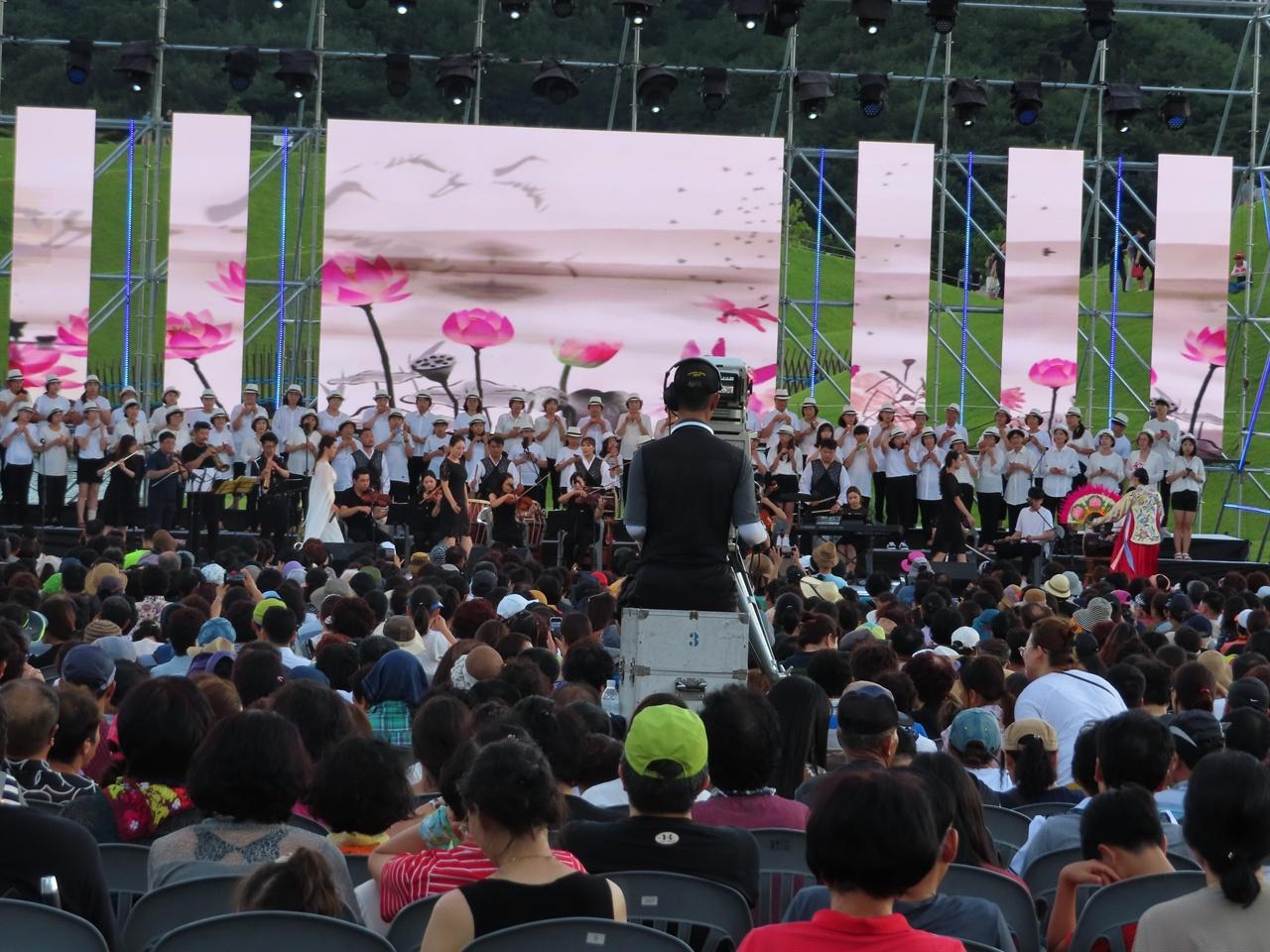 오카리나 합주 시 승격 70주년을 기념하여 열린 뮤직 페스티벌에서, 지역의 아고라와 10대부터 70대 시민들로 구성된 시민 오카리나 합주단이 공연하고 있다,