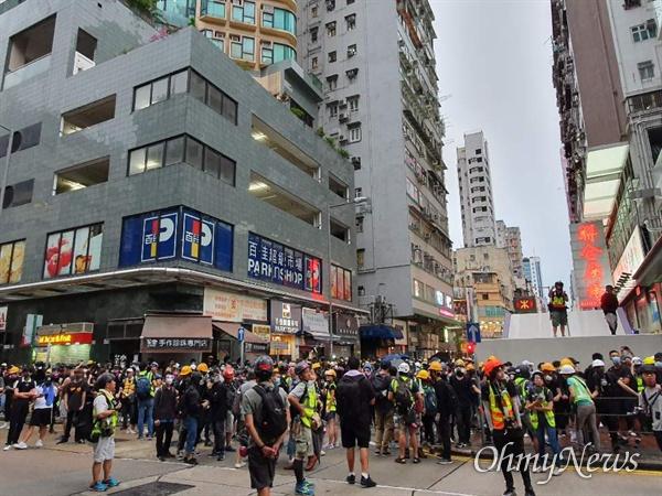 17일 오후 송환법 반대와 경찰 과잉진압을 규탄하는 행진을 하던 홍콩시민들이 몽콕경찰서앞에서 진압경찰과 대치하고 있다.