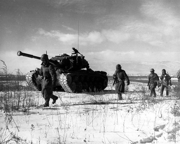 한국전쟁의 분수령이 된 장진호 전투  장진호 전투 중 중공군 저지선을 뚫고 탈출하는 미 해병대
