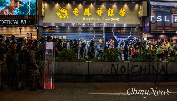 17일 오후 홍콩 몽콕 경찰서 앞에서 출발한 무장경찰이 송환법 반대 시위자들을 진압하기 위해 야우마테이역을 향하고 있다.